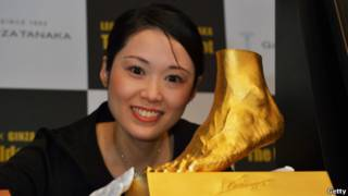 Patung emas kaki Messi