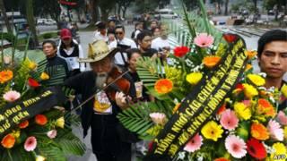 Đặt hoa tưởng niệm chiến sỹ Trường Sa 14/3/2013