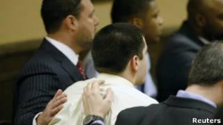 Advogados confortam condenado após leitura de veredicto
