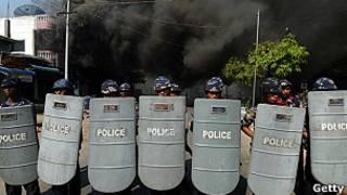 Policía en uno de los levantamientos entre comunidades en Birmania