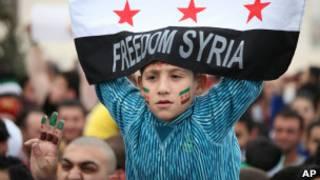 Ciudadanos sirios se manifiestan ante la embajada siria en Amán, la capital de Jordania