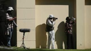 Fotógrafos afuera de la casa de Nelson Mandela