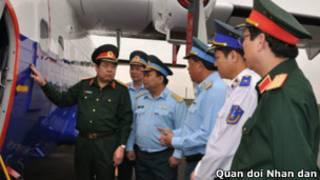 Ông Phùng Quang Thanh thị sát máy bay tuần thám của Cảnh sát biển Việt Nam