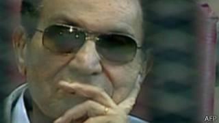 L'ancien président Hosni Moubarak a comparu à l'audience du nouveau procès dans un fauteuil roulant.