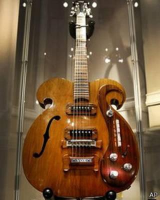 नीलाम हुआ गिटार