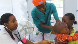 Trabajadores de salud cubanos con un paciente