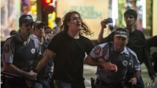Manifestante en Sao Paulo es llevado por la policía