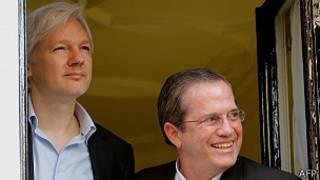 Julian Assange y Ricardo Patiño