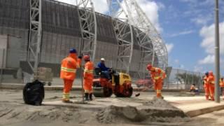 operários trabalhando (foto: BBC)