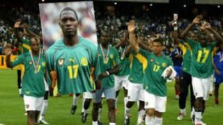 Les Camerounais portant la photo de Marc-Vivien Foé