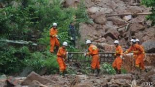 搜救人员寻找幸存者