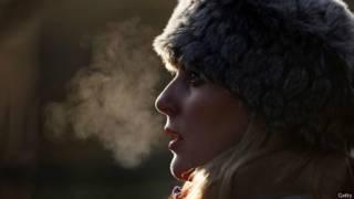 Mujer con sombrero en invierno