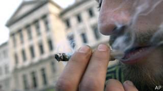 Un hombre fuma marihuana fuera del Parlamento en Uruguay