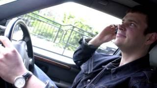 कार चलाते हुए हुए फ़ोन