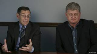 Lon Snowden (bên phải) và luật sư của ông