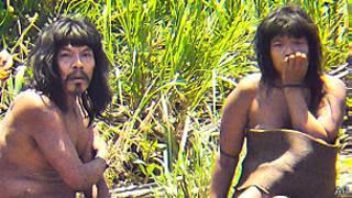 Miembros de la tribu Mashco-Piro en un contacto previo en 2011