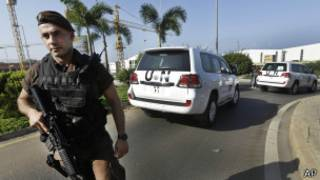 Efectivo militar frente a automóviles de la ONU