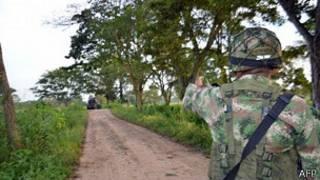 Soldado patrulla cerca de Tame en Arauca