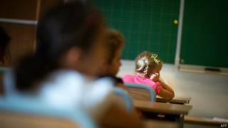 Alumnos escuchan a su profesor