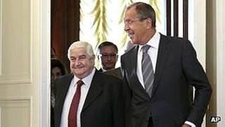 El canciller ruso Sergei Lavrov (der) planteó el plan de Moscúa a su contraparte sirio Walid Muallem.