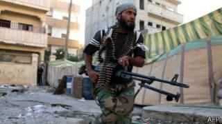 Rebelde opositor corre na cidade de Deir Ezzo, no leste da Síria