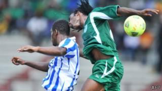 Rostan Kako (à g.) de Sewe Sport de San Pedro aux prises avec Mohamed Chicoto de Coton Sport pour le contrôle du ballon.