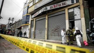 Equipos de emergencia sacan cuerpos de fallecidos en bar de Bogotá