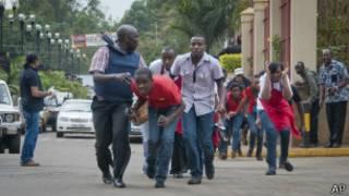 Civis fogem após ataque em shopping de Nairóbi
