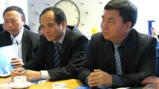 Ông Đỗ Quý Doãn (bên phải) trong một chuyến công tác tại Anh quốc