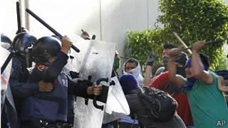 Policía y manifestantes en México DF