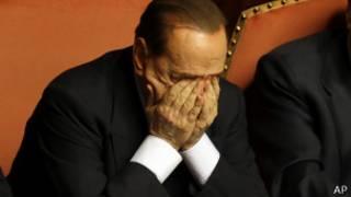 Silvio Berlusconi, se restrega los ojos después de una intervención en el Senado italiano
