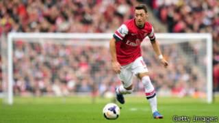 Mesut Ozil en action dans le match cotre Norwich