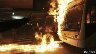 Ônibus é incendiado em São Paulo (foto: Reuters)