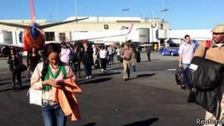 Imagem cedida por passageira mostra pessoas deixando aeroporto de Los Angeles (Reuters)