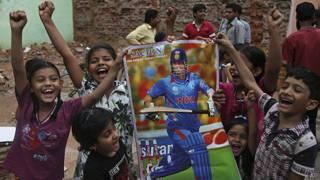 Niños con afiche de Sachin Tendulkar