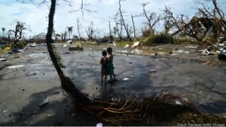 Hai em bé giữa cảnh đổ nát ở Tacloban, Philippines