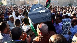 Personas llevan un ataúd en Trípoli