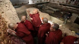 Monjes budistas en el templo en Lumbini