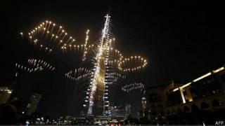 Image caption سرور و آتشبازی در اطراف برج ...
