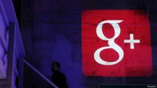 Google+ logo proyectado en un muro