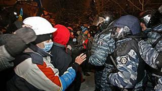 Policías contra manifestantes en Kiev