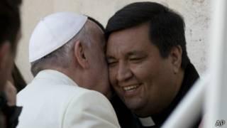 Báez es saludado por el Papa