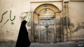 Mujer camina en Teherán