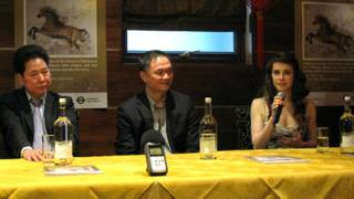 (左起)伦敦华埠商会主席邓柱廷、秘书长郑健强、李美洁。