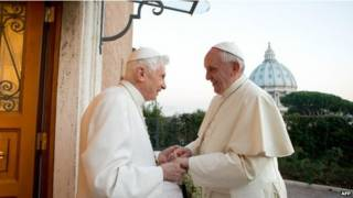 O papa emérito Bento 16 encontra o papa Francisco (foto: AFP)