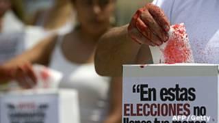 Protesta de grupos protectores de los animales de cara a alas elecciones colombianas de 2014
