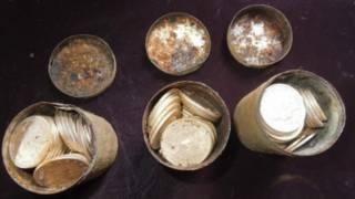 Las monedas encontradas en latas