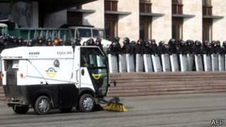 Policía rodea el Parlamento de Donetsk.
