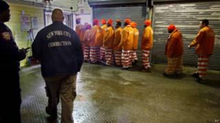 Detentos em Rikers Island, Nova York, em foto de arquivo (AP)