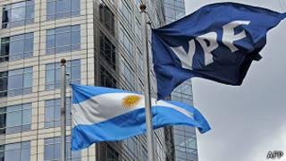 Banderas de Argentina y de YPF